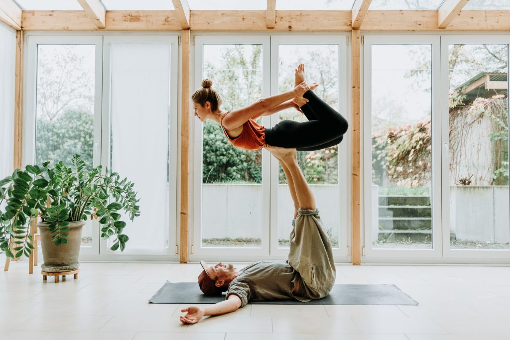 Mit Leichtigkeit loslassen: Partner Yoga Workshop mit Oli (Video on Demand)